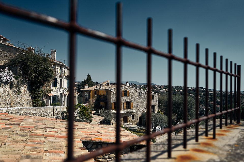 Vue sur la Vieille ville à travers des barreaux depuis le Haut de Cagnes