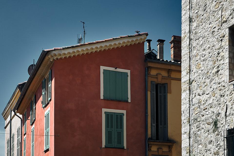 Façade colorée en ocre dans une ruelle ensoleillée à Valbonne - Cote d' Azur