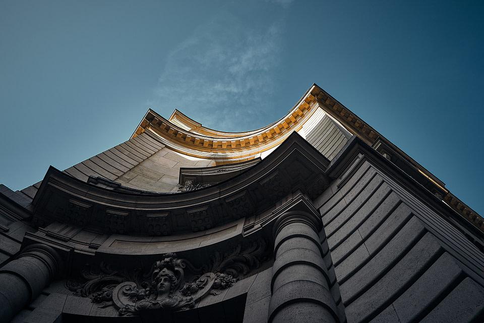 Jeu d'ombre et lumière au somment d'une façade arrondie à Paris