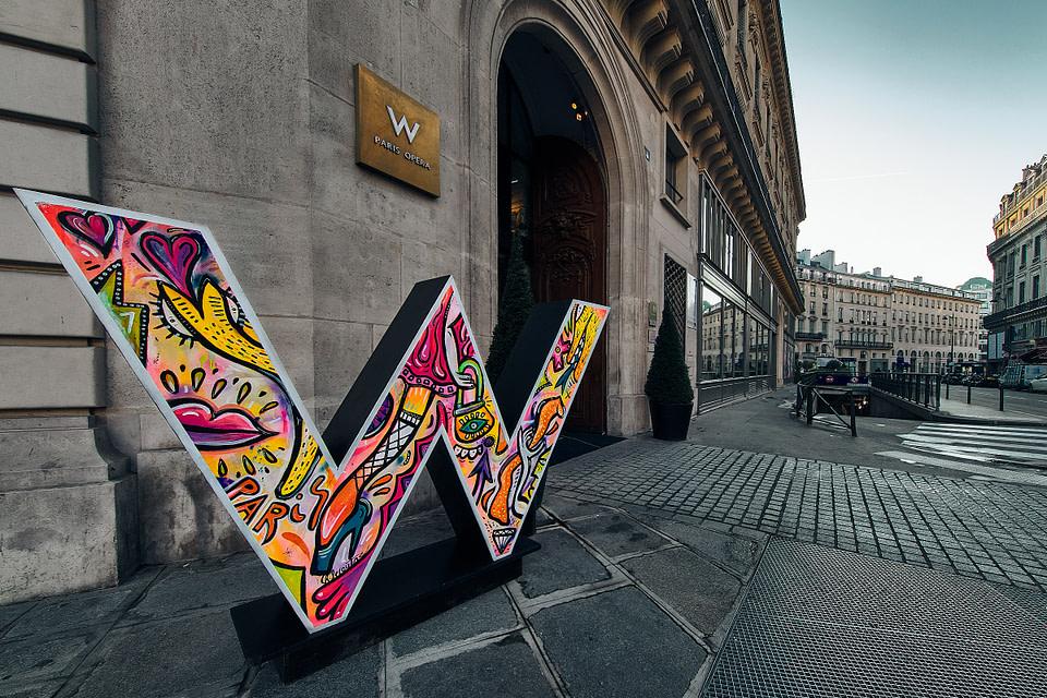La W de Christopher Lecoutre devant l' entrée de l' Hotel W Opéra rue Meyerbeer à Paris