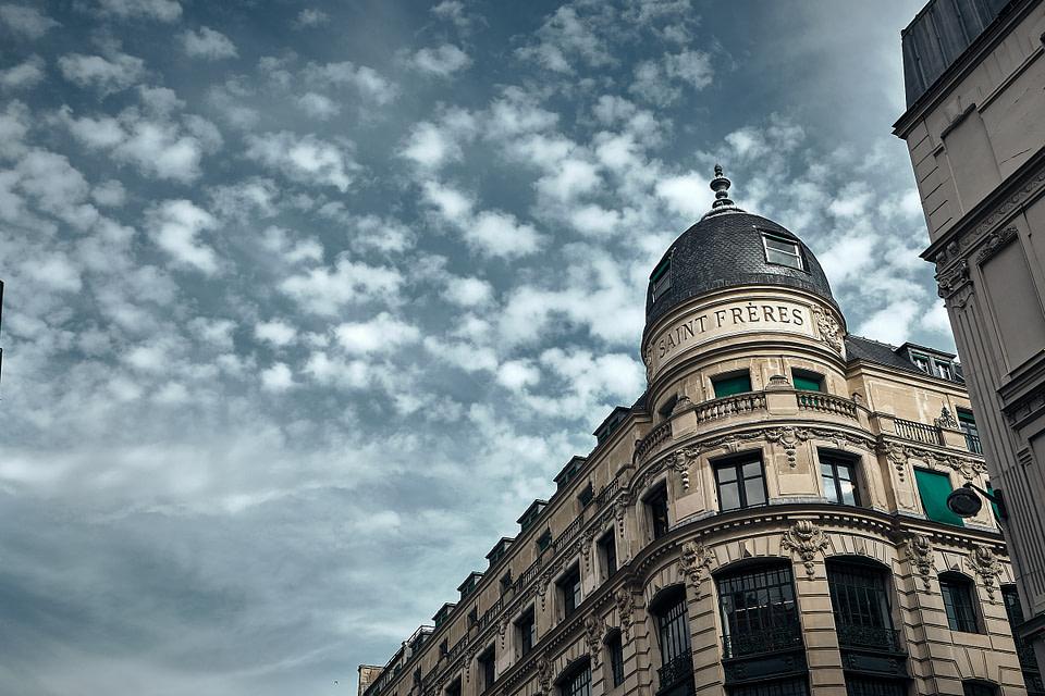 Dôme et façade parisienne de l'immeuble Saint Frères rue du Louvre à Paris