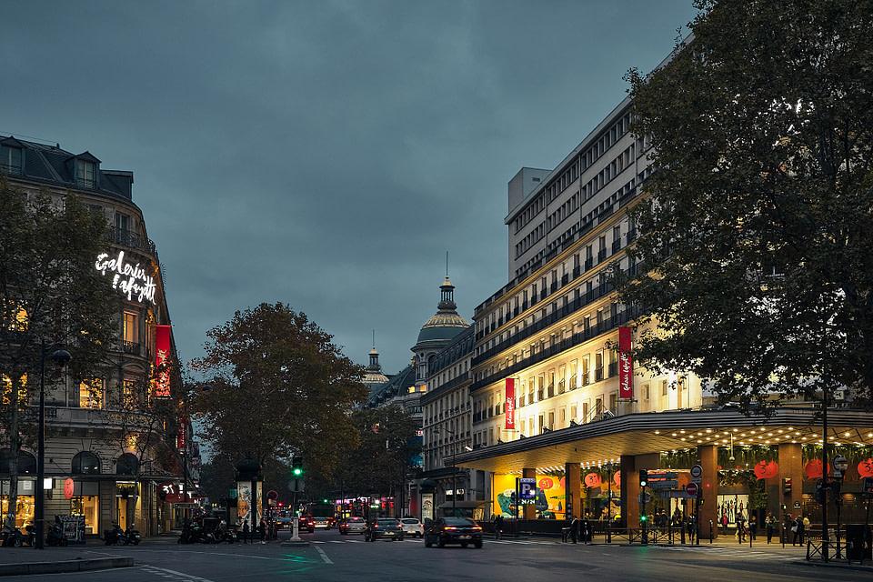 Vue de la Place Diaghilev sur les vitrines des Galeries Lafayette