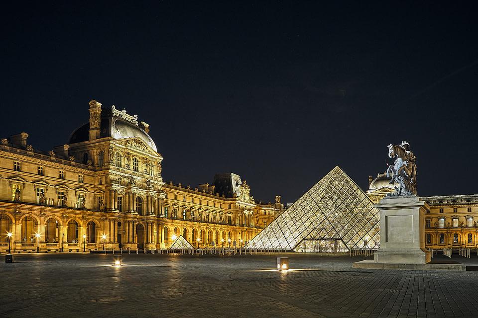 Pyramide du Louvre de nuit dans la Cour Napoléon à Paris