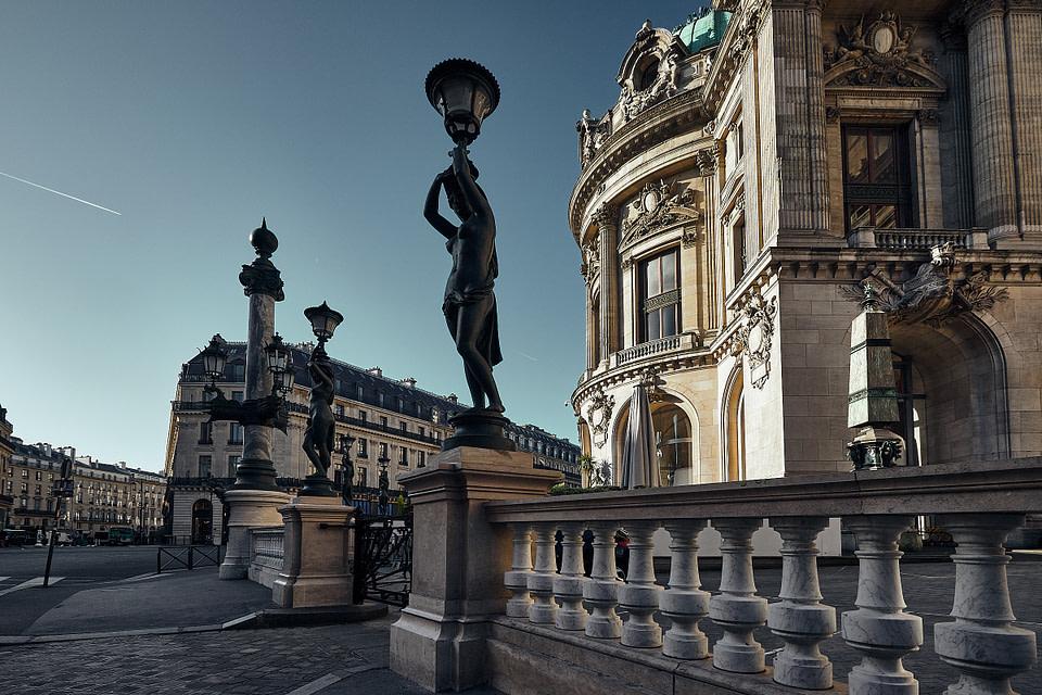 Les Cariatides autour de l'Opéra Garnier le long de la Rue Gluck
