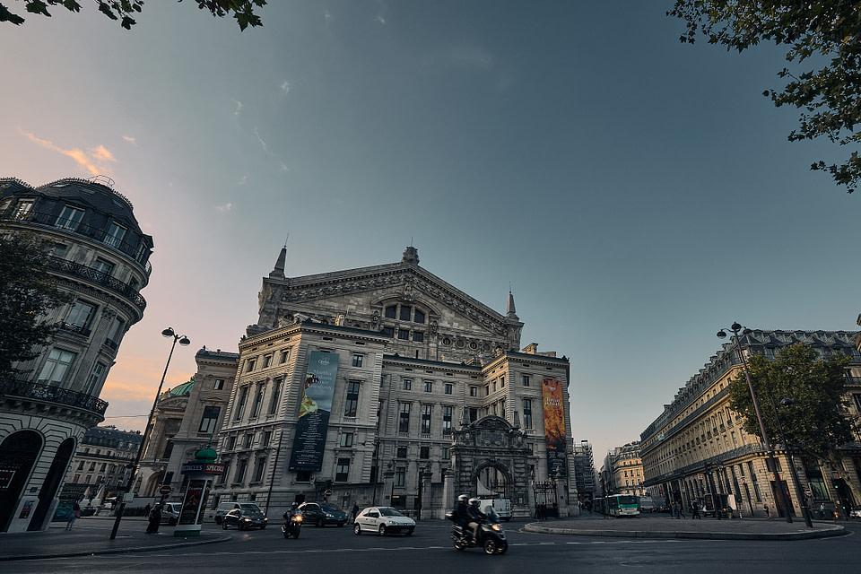 Plan large sur la façade nord du Palais Garnier depuis la Place Diaghilev