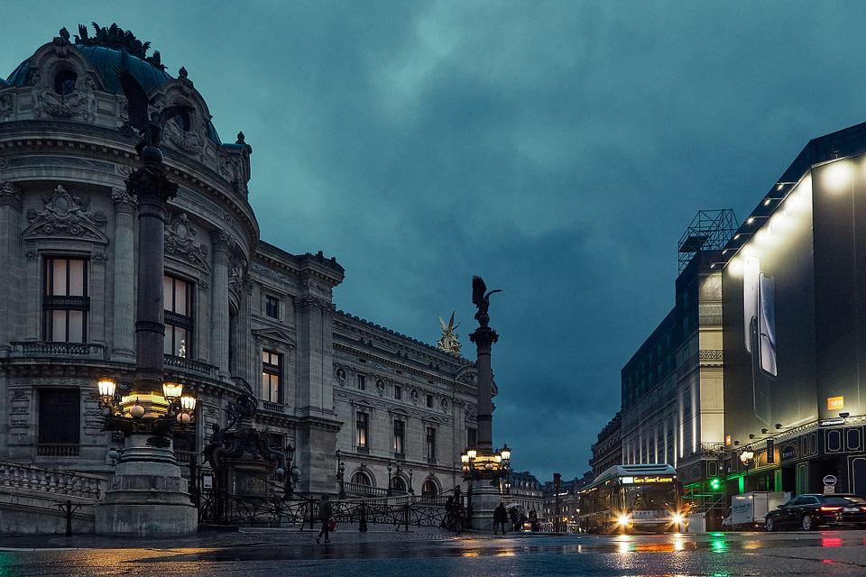 L'heure bleue rue Auber à Paris le long de l'Opéra Garnier