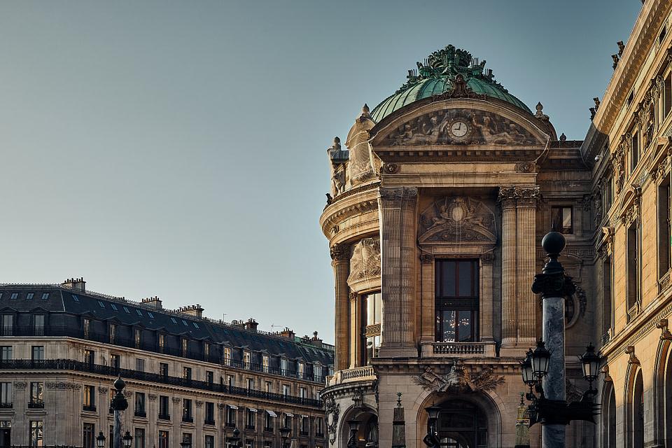 La Rotonde du Glacier au Palais Garnier entre ombre et lumière, Rue Gluck.