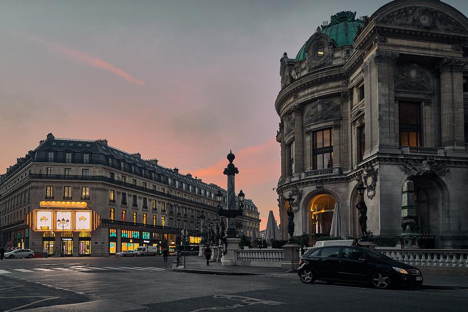Le soleil se lève sur la rue Gluck derrière l'Opéra Garnier