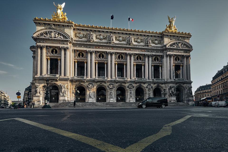 Les marches de l'Opéra Garnier encore désertes au petit matin