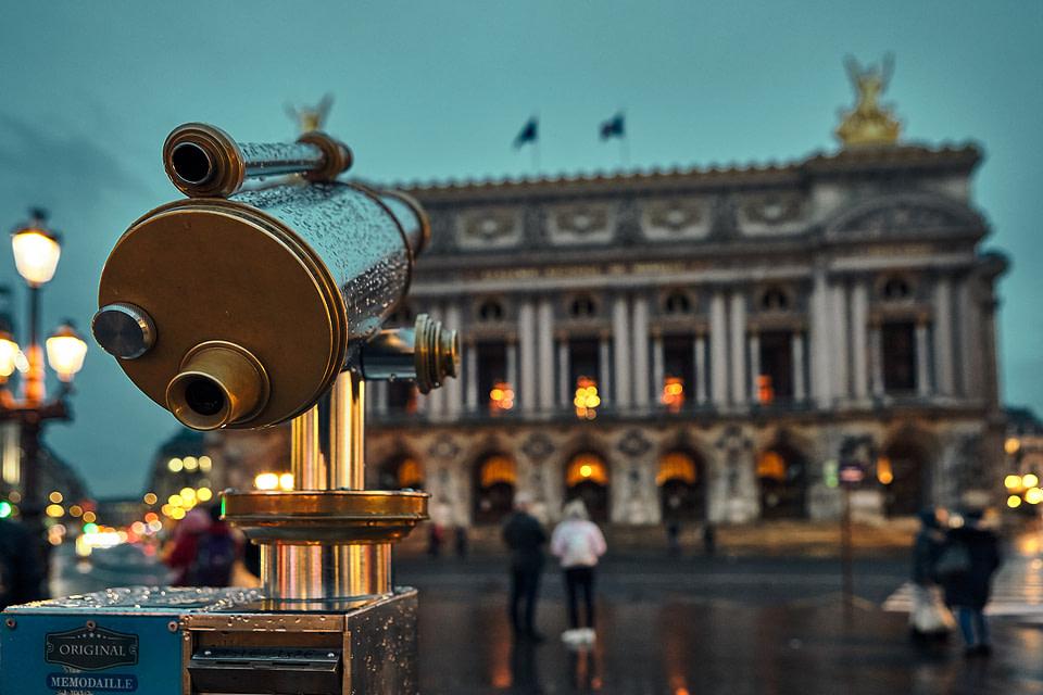 La longue-vue fait face au Palais Garnier sur la Place de l'Opéra