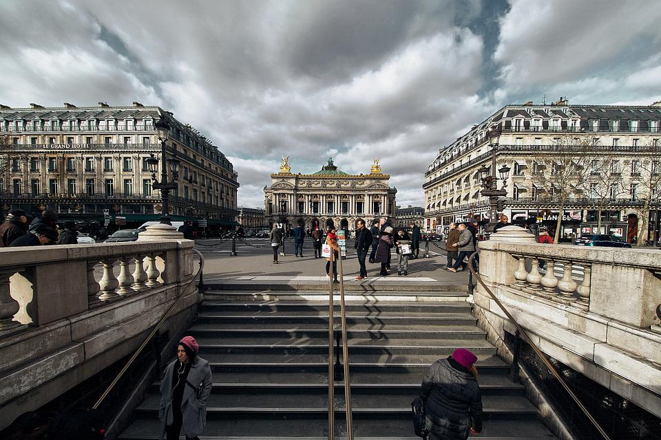 La symétrie de la Place de l'Opéra avec en point de mire le Palais Garnier