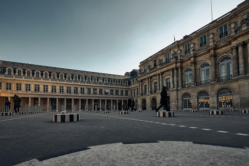 Les Colonnes de Buren dans la Cour d' Honneur du Palais Royal à Paris