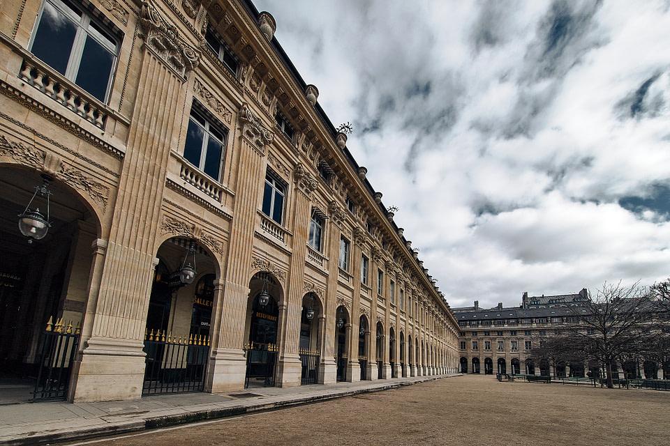 Vue sur la façade de la Galerie de Montpensier depuis le Jardin du Palais Royal à Paris