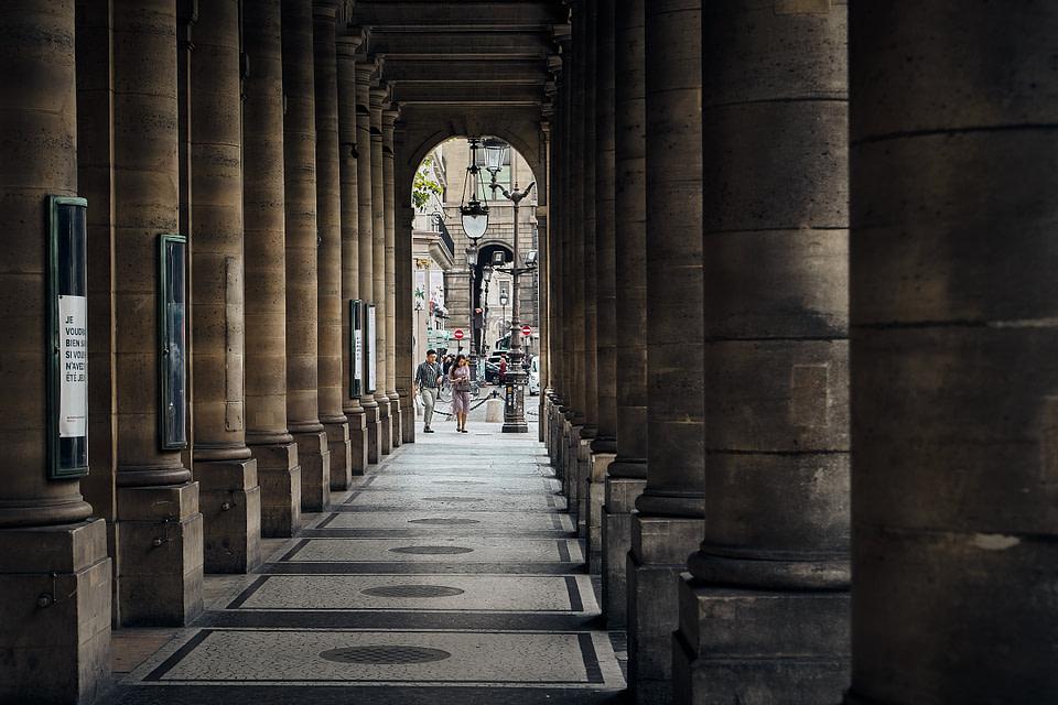 Ombre et Lumière sous les galeries du Théatre de la Comédie Française