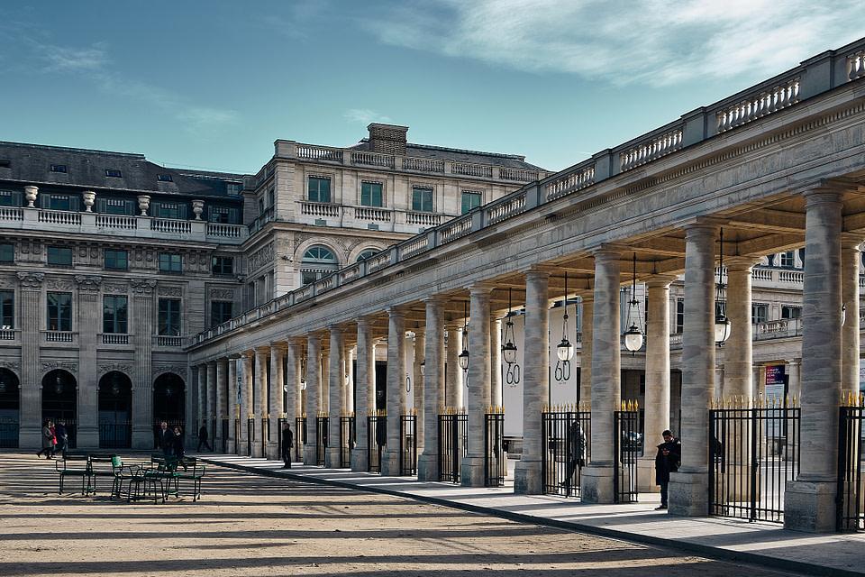 Jeu d' ombre et lumière entre les grilles et les colonnes de la Galerie d' Orleans au jardin du Palais Royal à Paris