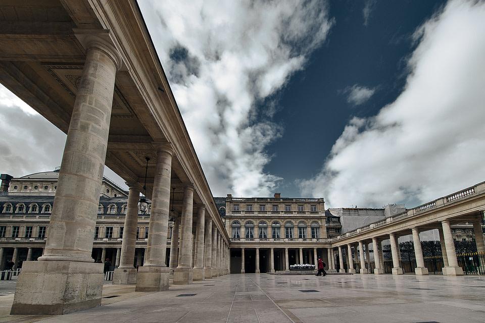 Colonnades de la Galerie d' Orleans au Palais Royal à Paris