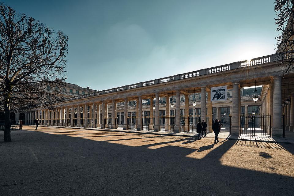 Vue du Jardin sur les Colonnades de la Galerie d' Orléans du Palais Royal