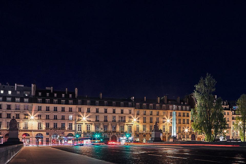 Les façades du Quai Voltaire de nuit depuis le Pont du Carrousel