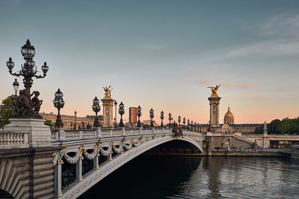 Pont Alexandre III en soirée avec vue sur les Invalides à Paris