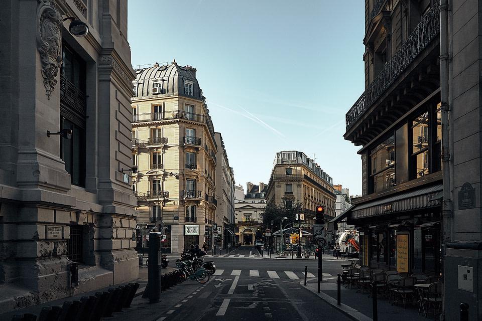 Les façades dans le quartier de 4 septembre à Paris