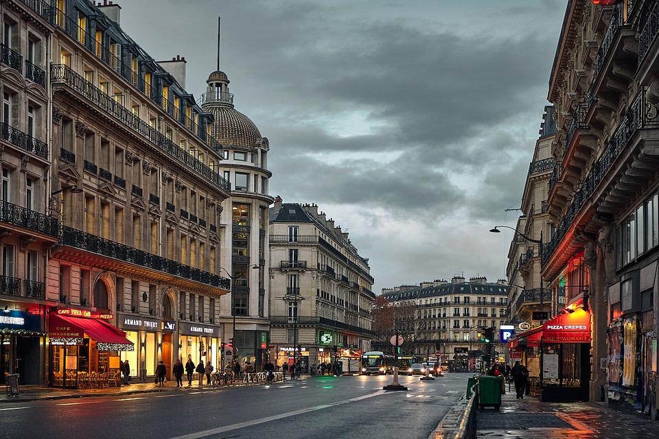 Le jour se lève sur la rue Auber à Paris