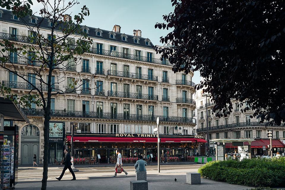 Paysage urbain au petit matin sur la Place d'Estiennes d'Orves, Quartier Trinité à Paris