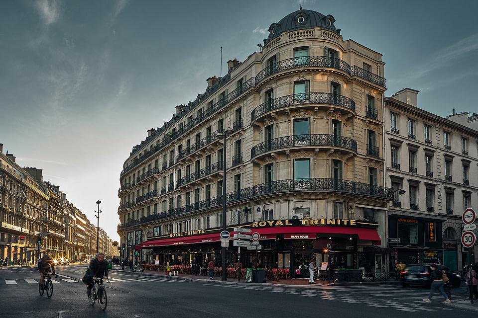 Paysage urbain au levé du soleil sur la Place d'Estiennes d'Orves, Quartier Trinité à Paris