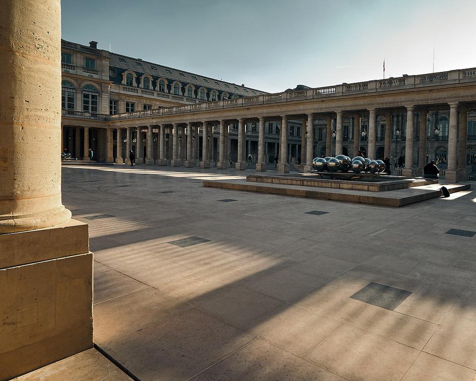 Fontaines Spheres Silver Balls de Pol Bury dans la Cour d' Honneur du Palais Royal à Paris