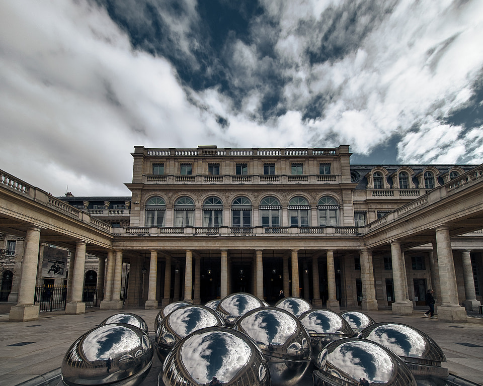 Sphérades par Pol Bury devant le Pavillon de Valois dans la Cour d'Honneur du Palais Royal à Paris