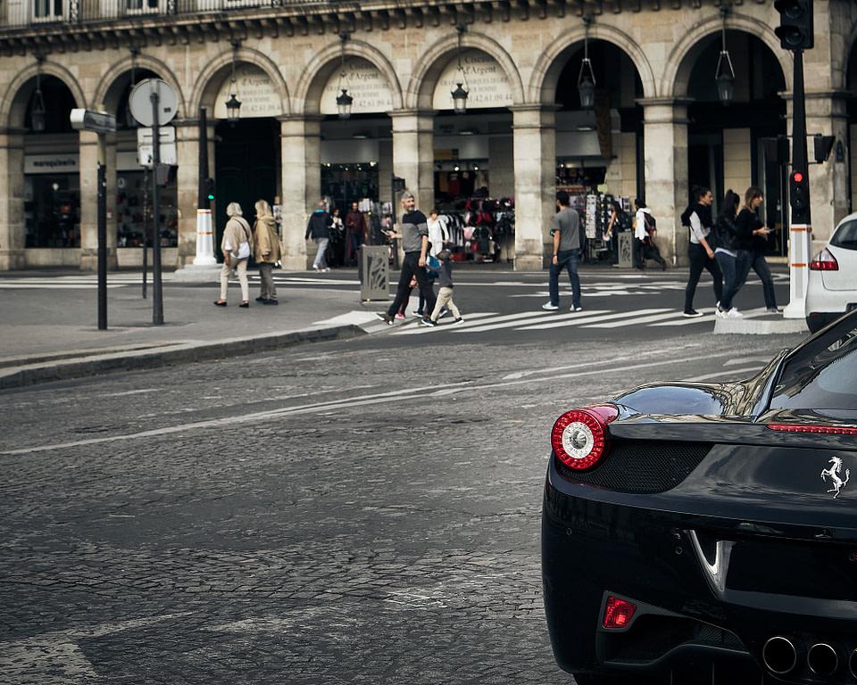 Une Ferrari devant la Rue de Rivoli à Paris