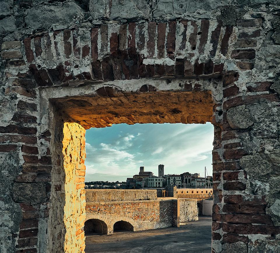 Vue sur la Vieille Ville à travers les remparts du Port Vauban à Antibes